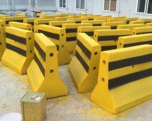 郑州水泥隔离墩刷漆的效果